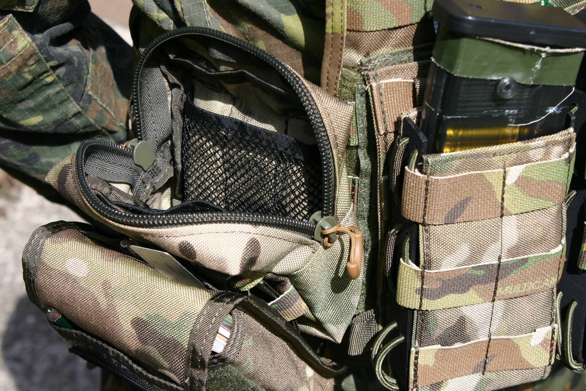 Über Molle Schlaufen kann die Tasche an Ausrüstung befestigt werden