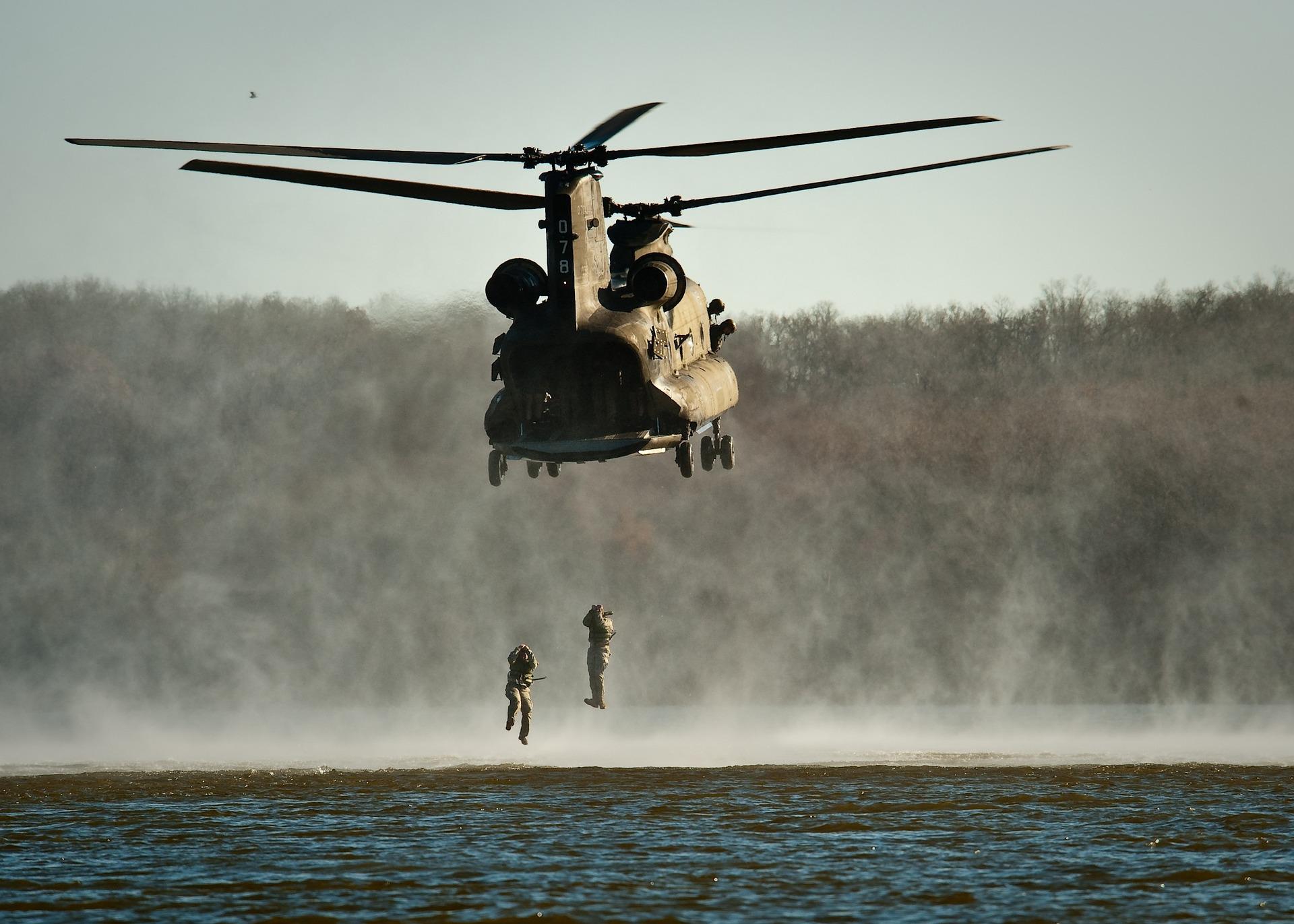 Soldaten spirngen vom Hubschrauber ab